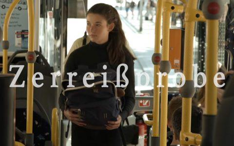 """Ein Mädchen fährt mit dem Bus nach Hause. Bild: """"filmreif"""""""