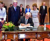 Bundespräsident Frank Walter Steinmeier trägt sich in das Gästebuch in der hessischen Staatskanzlei ein. Bild: Volker Watschounek