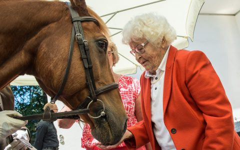 Die innige Beziehung zu Pferden wird gleich deutlich. Tommy zählt am Samstag mit zu den ersten Gratulanten der 100-Jährigen. Bild: Volker Watschounek