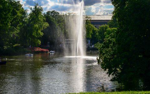 Wiesbadener Kurpark im Frühling / Sommer. Bild: Volker Watschounek