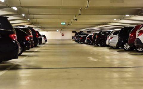 PKWs werden immer breiter. Das neue Parkhaus soll diesem Trend Rechnung tragen. Bild: Volker Watschounek