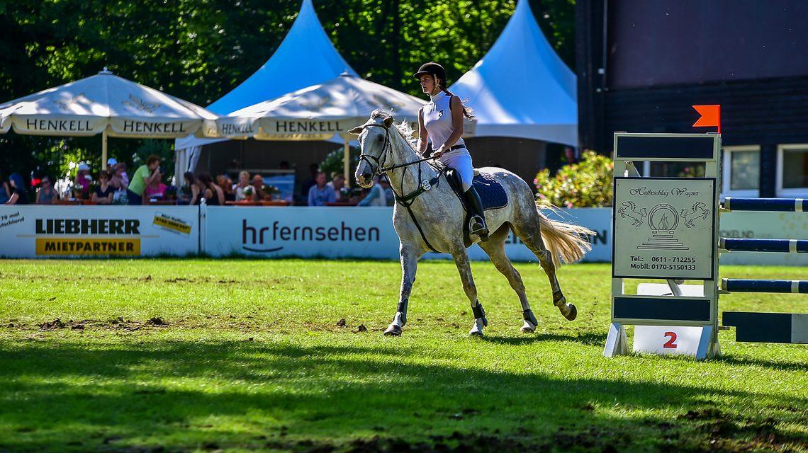 Sieg für Wiesbadener Springreiter beim Schloßparkturnier