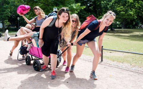 In jeder größeren Innenstadt jedes Wochenende dasselbe: Junggesellinnen auf Abschiedstour. Bild: Volker Watschounek