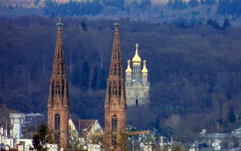Türme der Bonifatiuskirche mit Russisch-Orthodoxer Kirche im Hintergrund - Bild: Heiko Schulz