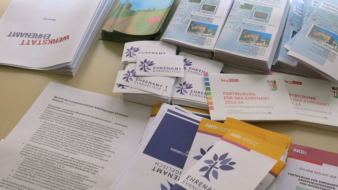 Broschüren der Kirche zum Thema ehrenamtliche Hilfe. Symbolbild: Chr Metzner / BY-CC / Flickr