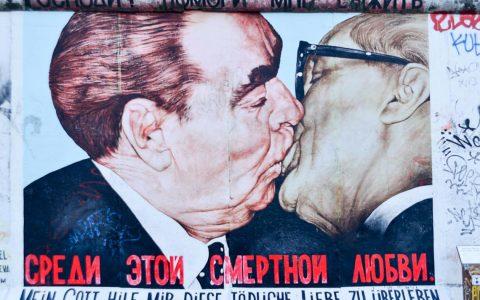 Gorbatschow küsst Honecker, ist eins der berühmtesten Graffittis. In Mainz-Kastel ist es nicht. Bild: Volker Watschounek