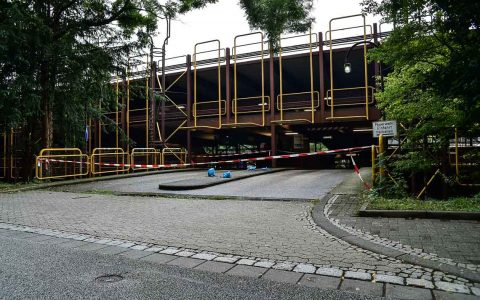 Das als Giraffenkäfig bezeichnete Parkhaus an den RheinMain Hallen ist Vergangenheit. Bild: Volker Watschounek