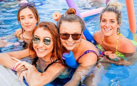 """""""Wir sind schon mal da!"""" Die Pool-Party kann anfangen. Bild: Saignin Soul / Flickr"""