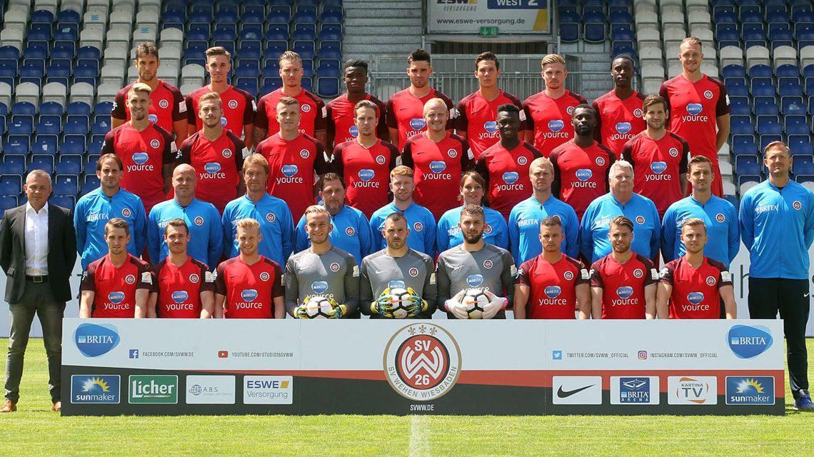 Der SV Wehen Wiesbaden trifft sich zum Team-Foto in der Brita-Arena. Bild: SVWW