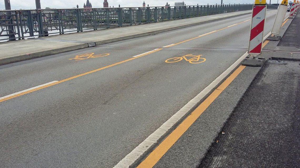 Mit dem Fahrrad über die Theodor-Heuss-Brücke