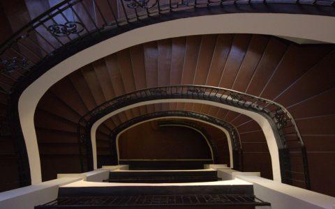 Nicht wirklich ein Hochhaus, doch auch dieses Treppenhaus hat seinen Reiz. Bild: Sasan Seyfi / Flickr / CC-BY