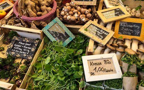 Spinat, weiße Pastinaken, Kresse – kleine Schiefertäfelchen wie auf dem mediterranen Markt in Italien git es auch in Wiesbaden. Bild: Volker Watschounek