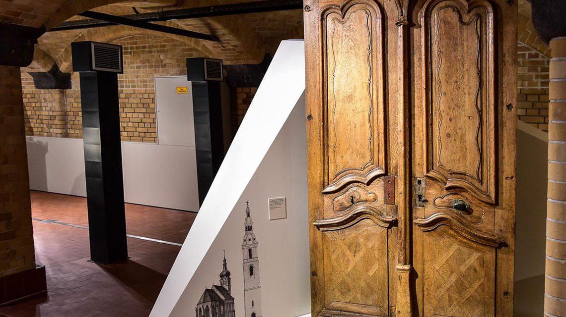 Waru steht dieser Schrank im Stadtmuseum? Die Antwort gibt es am Samstag. Bild: Volker Watschounek