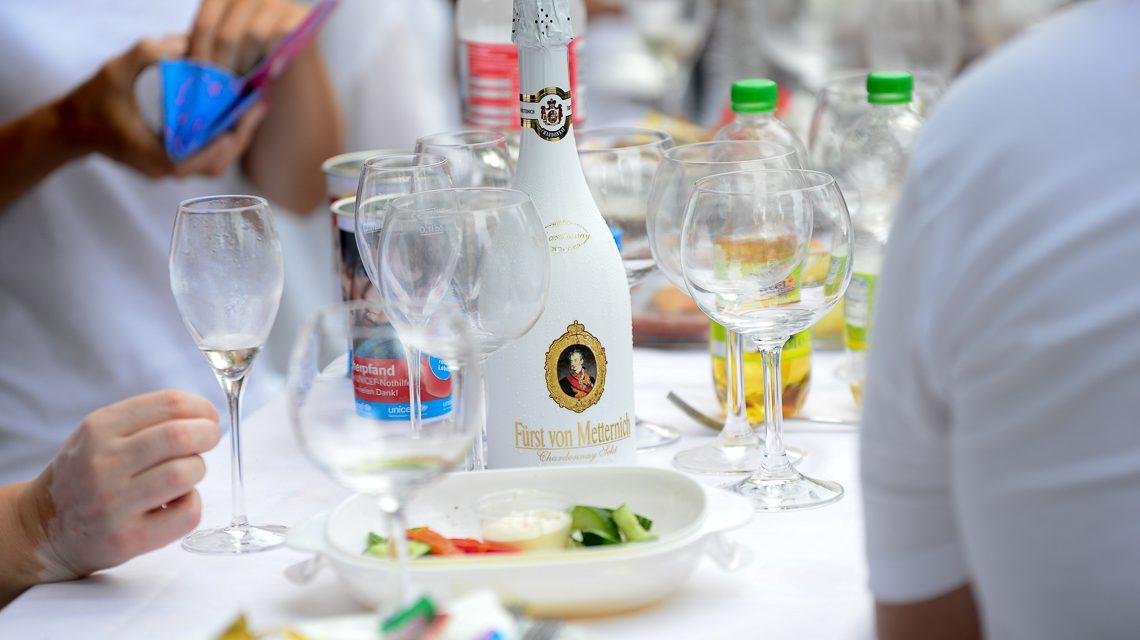 Zusammen schlemmen beim Diner en Blanc