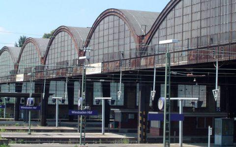 Ausfahrt aus dem Hauptbahnhof Wiesbaden. Archivbild: Martin Fisch / Flickr