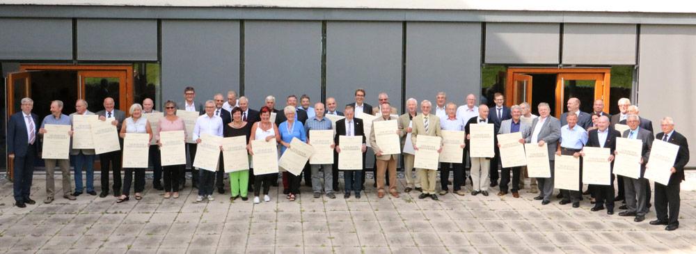 Die geehrten Meisterjubilare aus Wiesbaden und dem Rheingau-Taunus-Kreis. Foto: Handwerkskammer Wiesbaden