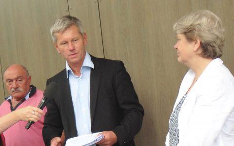 Staatssekretärin Beatrix Tappeser überbringt Umwelt- und Verkehrsdezernetnt Adreas Kowol den Föderbescheid des Land Hessen. Bild: Dezernat