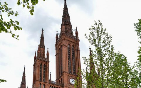 Mit 89 Metern ist der Hauptturm der Marktkirche Wiesbadens höchstes Gebäude. Bild: Volker Watschounek