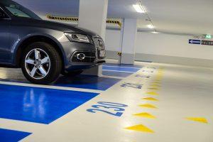 Gelbe Pfeile: Durchdachtes Leitsystem zum nächsten Aufzug ... Bild: Volker Watschounek