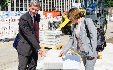 Stadtrad Andreas Kowol und Amtsleiterin Dr. Petra Beckefeld auf der Baustelle auf dem Museumsvorplatz. Bild: Volker Watschounek
