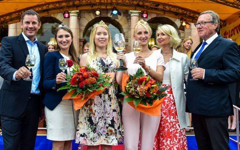 Babette von Kienlin moderiert die Eröffnungszeremonie der 42. Rheingauer Weinwochen die am 11. August traditinell mit dem Einlauf der Weinköniginnen von Oberbürgermeister Sven Gerich und Wirschaftsdezernent Detlef Bendel eröffnet wurden. Bild: Volker Watschounek