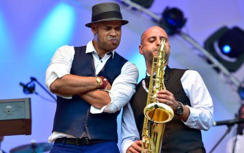 Roberto Fonseca und Jimmy Janks am Saxophon. Bild Volker Watschounek