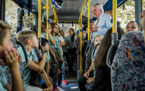 Ministerpräsident Volker Bouffier in der Bus-Schule in Neu Anspach. Bild: Staatskanzlei