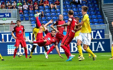 Saison 2017/20017, sechster Spieltag. Ein Handelfmeter rettet SV Wehen Wiesbaden ins Unentschieden. Bild: Volker Watschounek