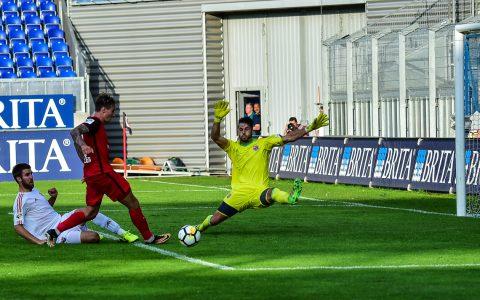 Unterhaching gegen Wiesbaden, der Tabellenführer, gegen den Tabellenelften. Das Spiel endet 1:0. Bild: Volker Watschounek