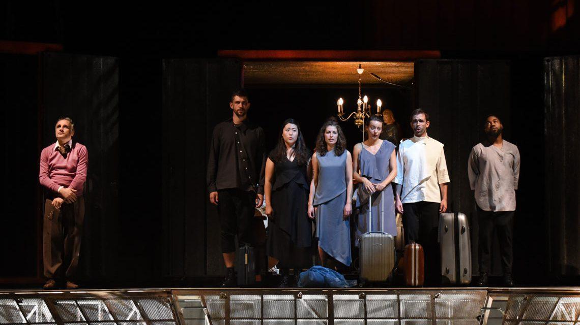 """Das Ensemble von """"Schönerland"""" auf der Bühne. Bild: Karl Monika Forster"""
