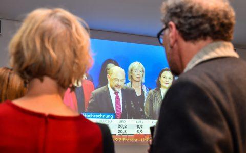 Nach den ersten Hochrechnungen tritt SPD-Kanzlerkandidat Martin Schulz in Berlin vor die Kamera und teilt mit, die SPD stehe nicht für eine neue Regierung zur Verfügung. Bild: Volker Watschounek