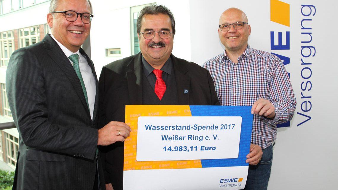 14.983,11 Euro für den guten Zweck: ESWE-Versorgung-Vorstandsvorsitzender Ralf Schodlok (v. l.) mit Rudolf-Lothar Glas (Leiter Weisser-Ring-Außenstelle Wiesbaden und Rheingau-Taunus-Kreis) und Robert Hammann (Sachgebietsleiter Technischer Kundenservice)
