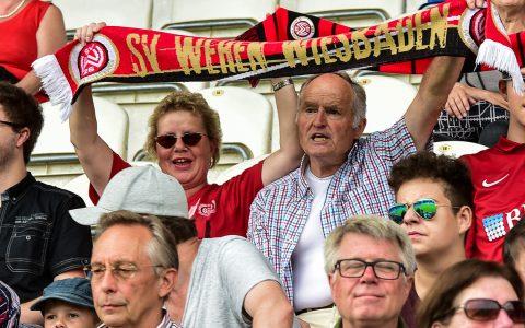 Die Fans haben noch kein Trikot. Vielleicht aber bald. Bild: Volker Watschounek