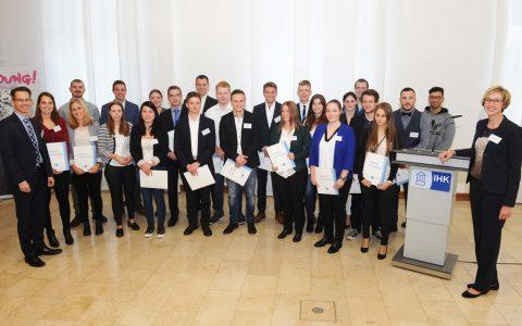 IHK-Präsident Dr. Christian Gastl und Christine Lutz, Geschäftsführerin Aus- und Weiterbildung mit den Spitzen-Azubis 2017 Fotoquelle: Paul Müller/IHK Wiesbaden.