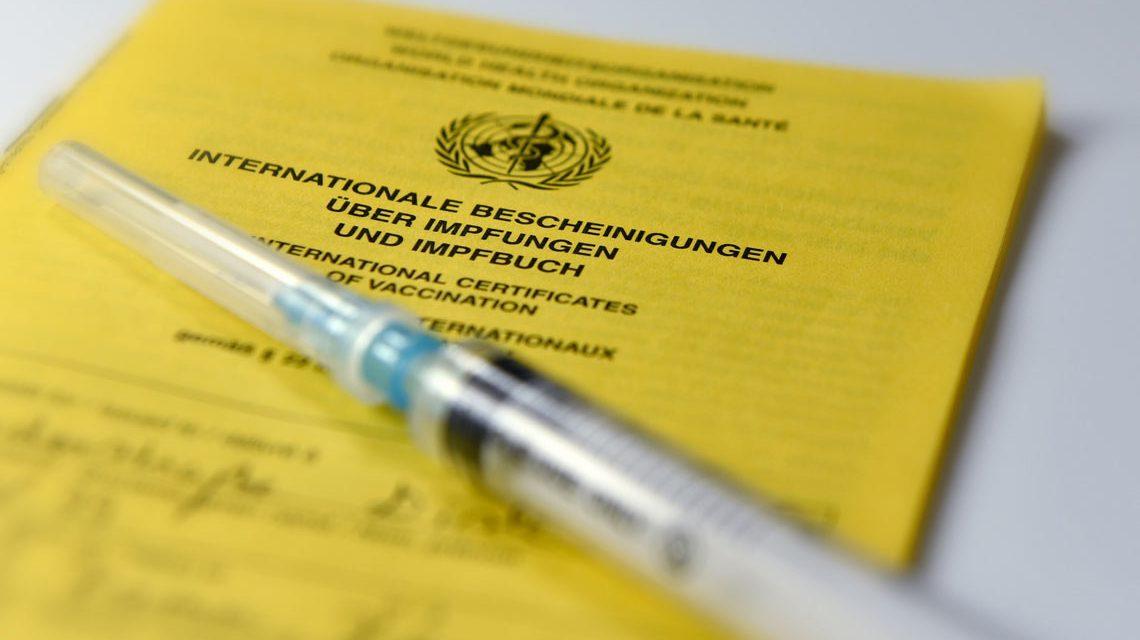 Spritze, herum und Zucker und alles säuberlich eingetragen im Impfpass. Bild: Flickr / Dirk Vorederstraße
