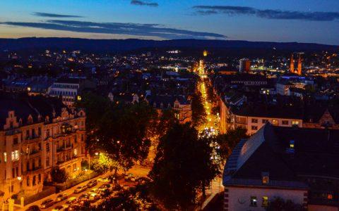 Wiesbadens Kirchen öffnen ihre Tore und stellen sich vor. Blick auf Wiesbaden von der Dreifaltigkeitrskirche. Bild: Volker Watschounek