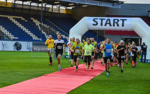 Rund 150 Läufer sind zum ersten Stadionlauf rund um den Helmut Schön Park gekommen. Gestartet wurde ein 3,9 Kilometer Jedermannlauf, ein 6,5 Kilometer Fitnesslauf und ein 9,1 Kilometer Profilauf. Bild: Ayla Wenzel