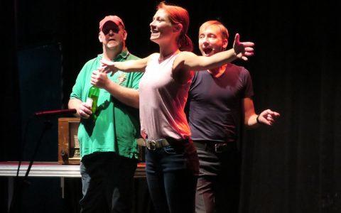 """Ralph (links, Patrick Twinem), Jennifer (mitte Jessica Krüger) und John (rechts, Sebastian W. Wagner) erfinden das """"Fakebook"""" (Szenenbild) - Quelle: Heiko Schulz / Showbühne Musicals e.V."""