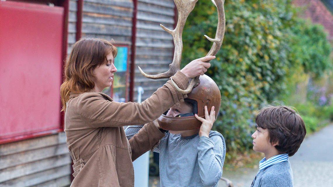 Wenn Hirschbrunft ist, werden auch die Kinder mal zum Hirschen. Bild: Volker Watschounek
