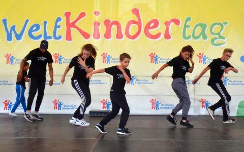 Kids auf der Bühne beim Weltkindertag in Berlin. Bild: Deutsches Kinderhilfswerk