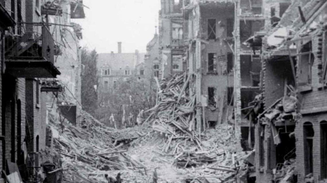 In der Nacht vom 2. auf den 3. Februar 1945 ... Wiesbaden wird zerstört. Bild: Amazon / Dr. Thomas Weichel