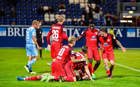 Sozusagen mit dem Schlusspfiff erzielt Manuel Schäfer in der Nachspielzeit das 2:1 für Wiesbaden. Bild: Volker Watschounek
