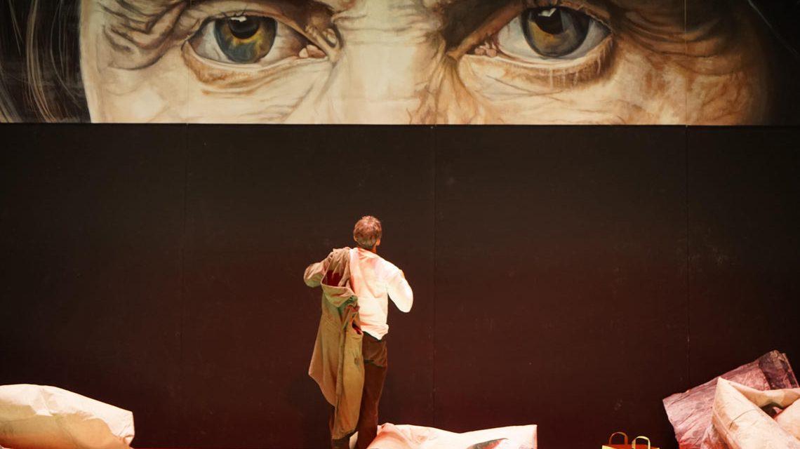 """Bühnenbild aus dem Schauspiel """"Unterwerfung"""". Bild: Karl Forster"""