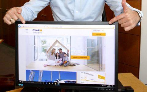 """Ralf Schodlok, Vorstandsvorsitzender der ESWE Versorgungs AG, präsentiert den neuen Internetauftritt """"eswe-versorgung.de"""". Bild: © 2017 ESWE Versorgung"""