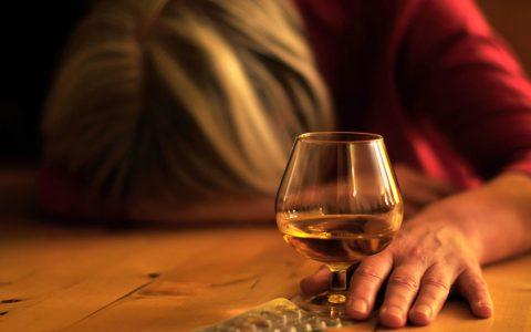 Alkoholmissbrauch. Bild: Petra Bork / pixelio.de
