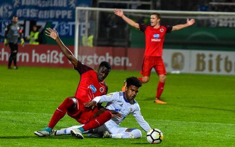 Schalke ist zu Gast in Wiesbaden. Mit dem 5:0 asu Würzburg im Rücken, spielen die Wiesbadener auf Augenhöhe mit. ©2017 Archivbild Volker Watschounek