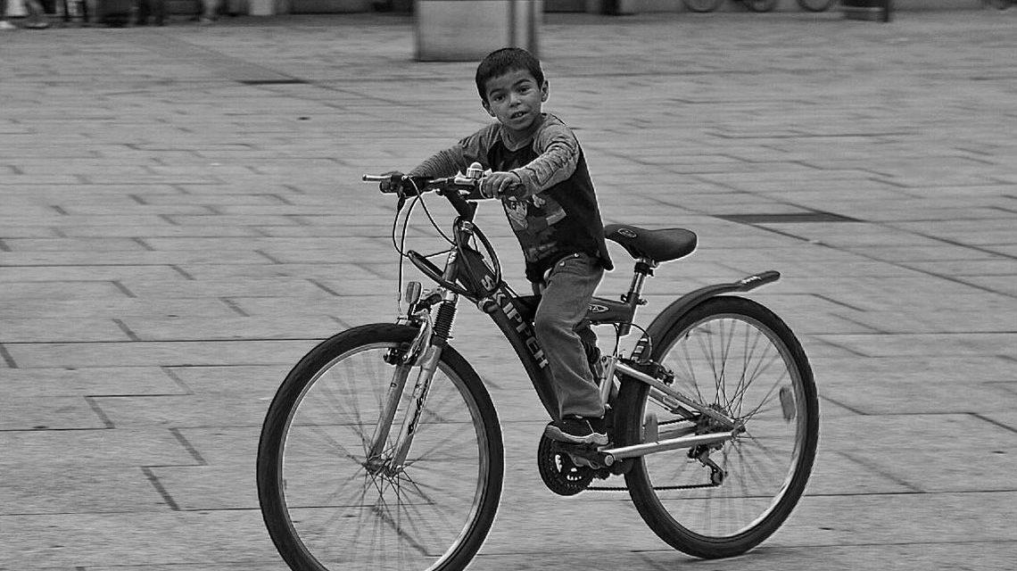 Fahrradfahren lernen. Bild: Josef Breinlinger / CC BY 3.0 / Flickr