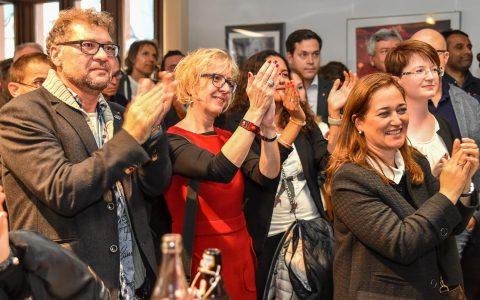 Bundestagswahl 2017 im Wiesbadener Rathaus. Die Genossen applaudieren und begrüßen die Entscheidung von Martin Schulz in die Opposition zu gehen. Bild: Volker Watschounek