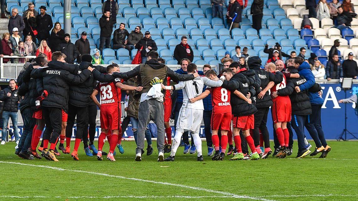 3. Liga, 14. Spieltag. 2017.2018, SV Wehen Wiesbaden - SC Preußen Münster, Endergebnis 6:2. Die Mannschaft feiert. Bild: Volker Watschounek