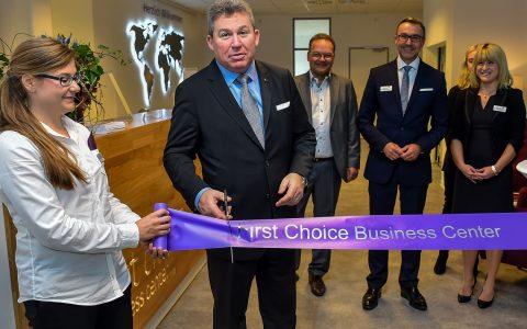 Aus London eingeflogen schneidet CEO Andrew Coombs symbolisch das Band zur Eröffnung des First Choice Business Center Wiesbaden durch. Bild: ©2017 Volker Watschounek